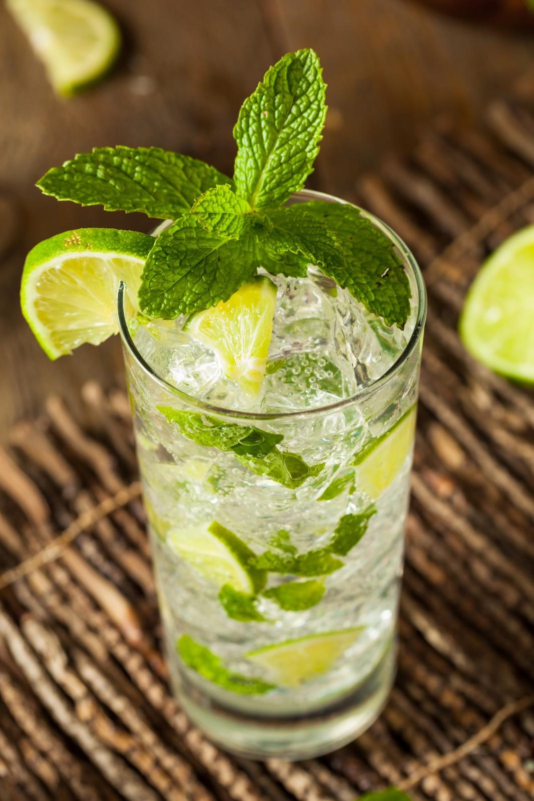 Limonade rafraîchissante aux citrons verts et à la menthe
